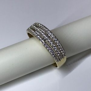 14 karat yellow gold ring band Size: 5.5